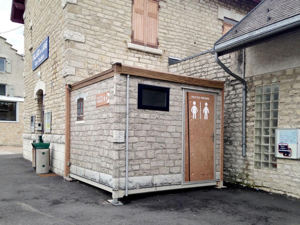 Covering simili mur de pierre et acier, WC publique
